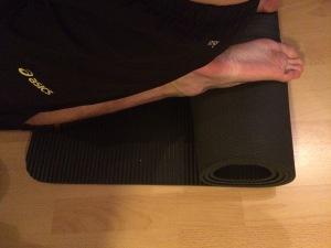 Nilkkavenytys rullatun maton avulla
