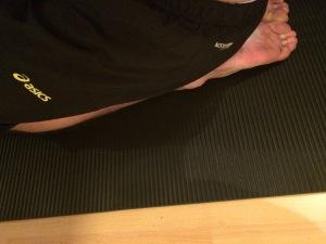 Istuminen nilkkojen päällä matolla